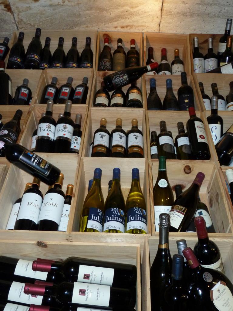 Auswahl an Weinen im Weinkeller bei Zöllner's Weinstube - Restaurant